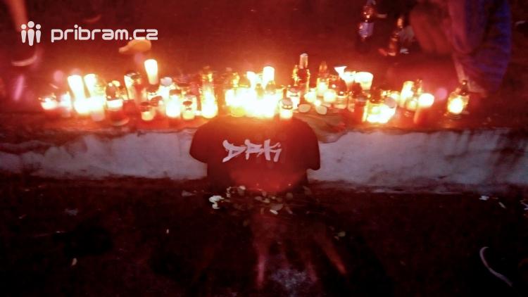 Desítky mihotavých plamínků svíček připomínají místo noční tragedie