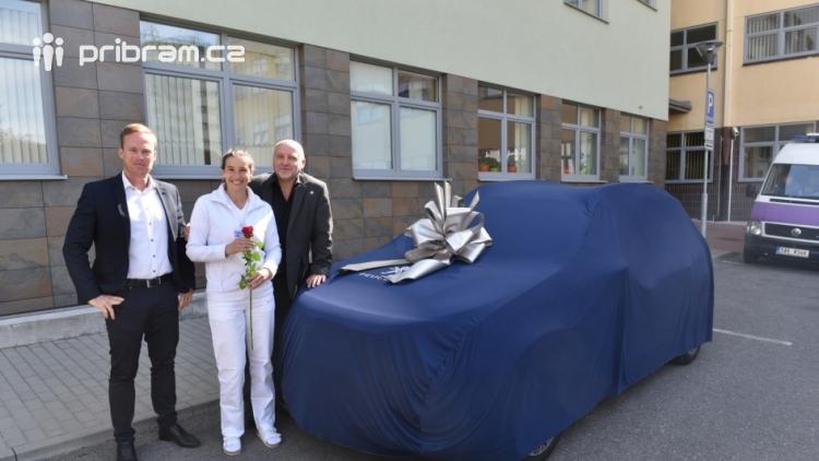 Příbramská nemocnice získala zdarma vůz značky Peugeot pro domácí péči