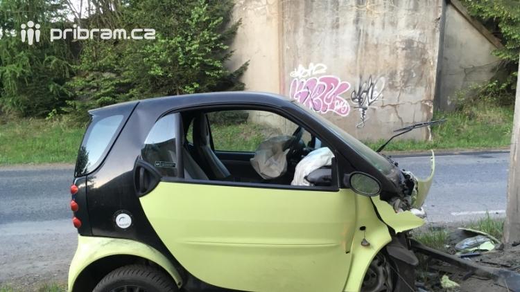 Právě teď: Miniauto Smart skončilo v betonovém pilíři, řidička je na cestě do nemocnice