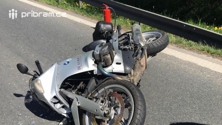 Právě teď: Vážná dopravní nehoda motorkáře s osobním vozem uzavřela silnici I/4