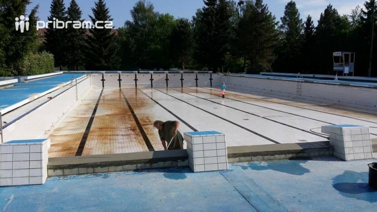 Bazén už se napouští, brána venkovního areálu se veřejnosti poprvé otevře 1. června