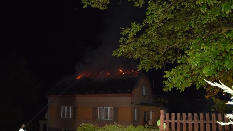 Blesk zapříčinil požár rodinného domu na Příbramsku, škoda je půl milionu korun