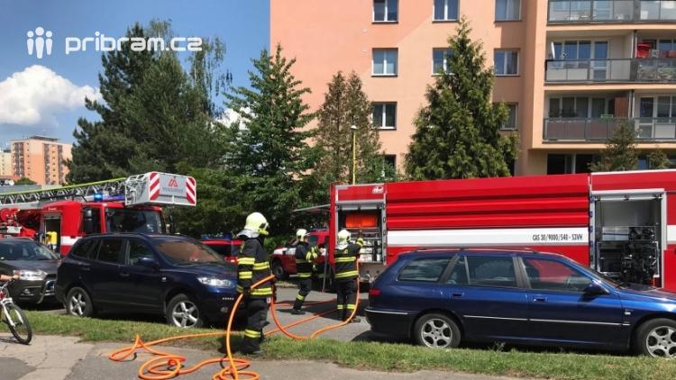 V tuto chvíli: Hasiči zasahují u nahlášeného požáru bytu v Příbrami