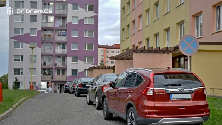 Parkování na Drkolnově: Koncem srpna dojde k setkání města s občany přímo na místě