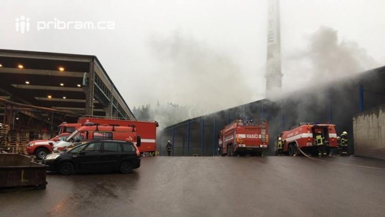 AKTUÁLNĚ: V příbramských Kovohutích hoří, na místě zasahuje několik hasičských jednotek