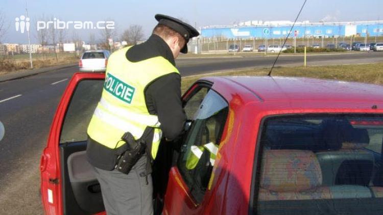 Zfetovaný řidič se zákazem řízení najel do policistů, kteří ho zastavovali