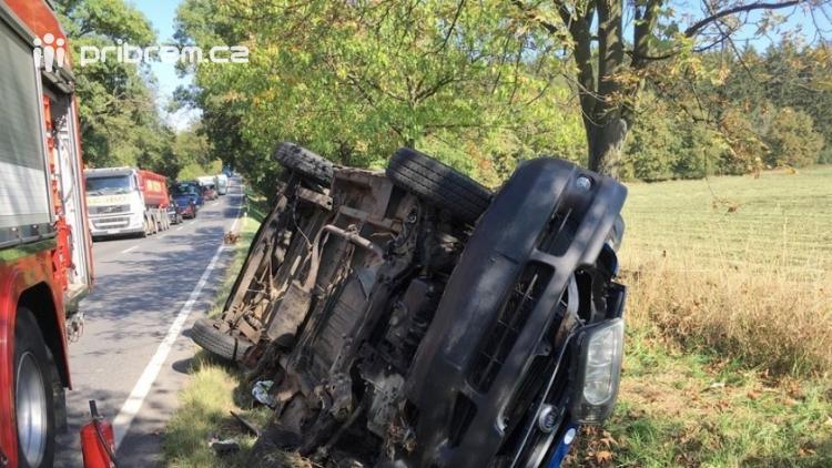 AKTUÁLNĚ: Auto skončilo na boku v příkopu, na místě zasahují hasiči a zdravotníci