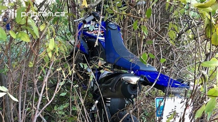 Motocyklista se snažil zabránit střetu s chodcem. Skončili v nemocnici oba.