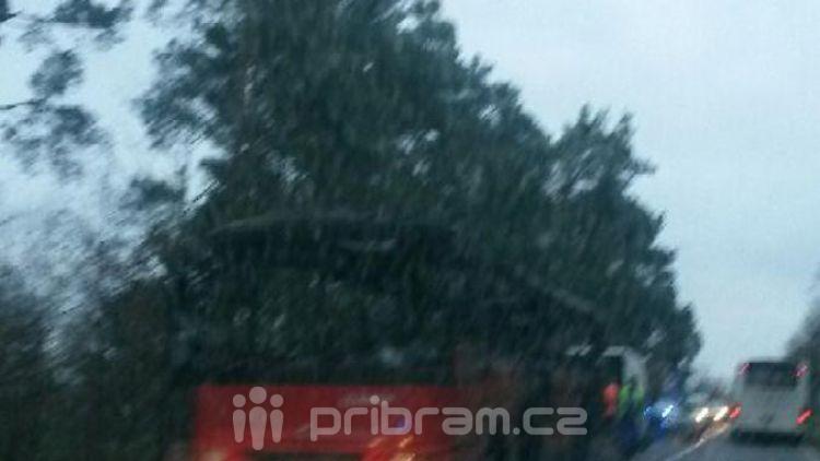 Hořící autobus uzavřel cestu na Sedlčany