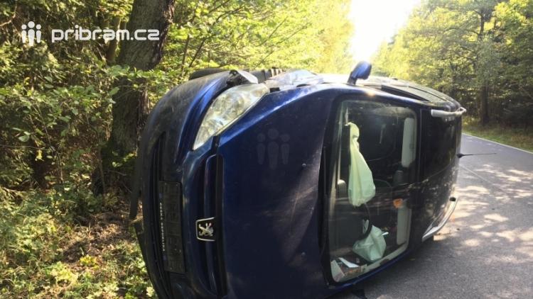 Aktuálně: Vyhýbala se zvěři a skončila s Peugeotem na boku