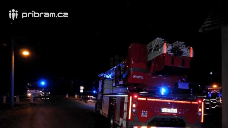 Aktuálně: Plameny zachvátily přístřešek, jsou ohroženy dvě přilehlé zemědělské budovy