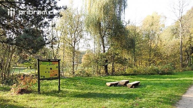 Lesopark Litavka nabízí krásné podzimní scenérie, posedět můžete na nových lavičkách