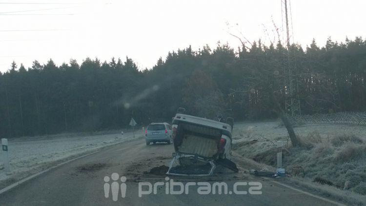 Auto za Příbramí skončilo na střeše