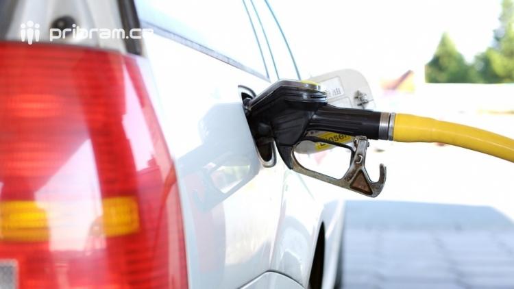 Ceny benzinu a nafty ve středních Čechách nadále klesají