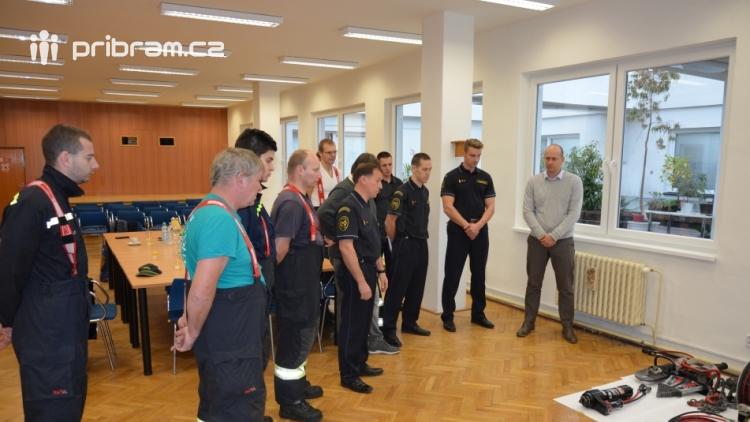 Příbramští profesionálové nadělili dobrovolným kolegům vyprošťovací sadu