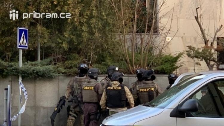 Policie začala stíhat muže kvůli přepadení příbramské banky