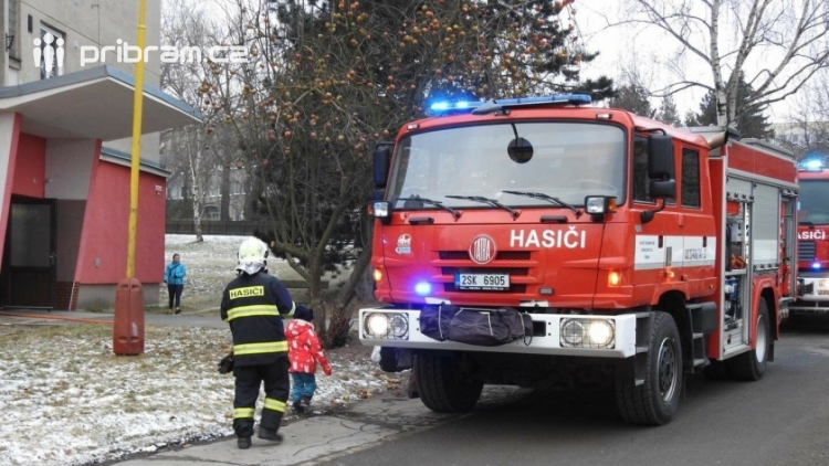 Aktuálně: Požár elektroinstalace v bytovém domě likvidují hasiči