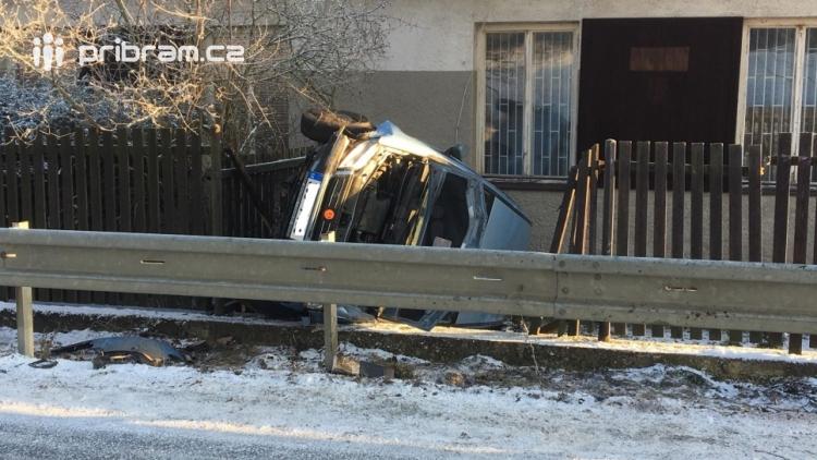 Aktuálně: Na zledovatělé silnici přejela přes svodidla, zdemolovala plot a skončila na boku u rodinného domu