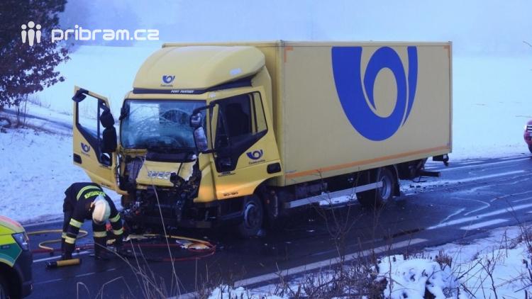 Aktuálně: Po vážné dopravní nehodě museli hasiči vyprostit zraněného řidiče