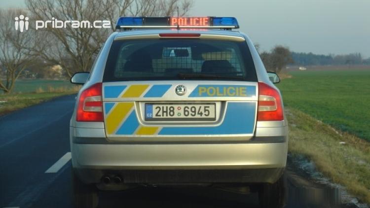 Muž se rozhodl hlídce ujet, při zběsilé jízdě poškodil i policejní vůz