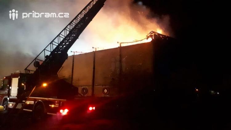 AKTUÁLNĚ: Hoří seník, na místě je vyhlášen II. stupeň požárního poplachu