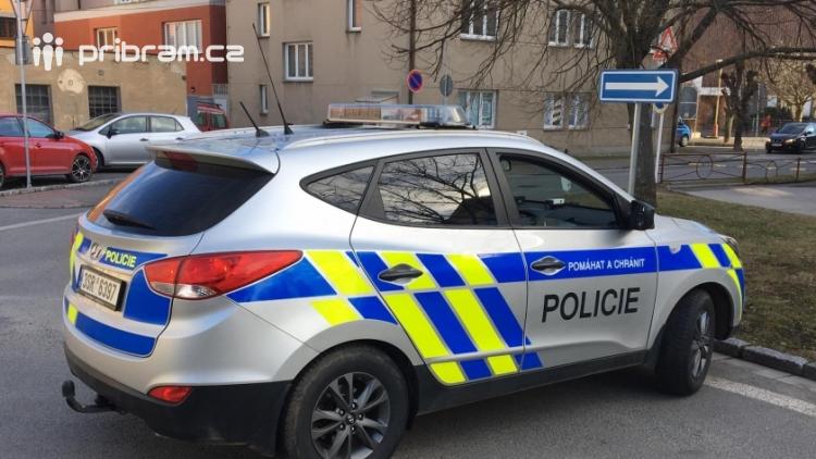 Aktuálně: Srážka osobního vozu s chodcem uzavřela Školní ulici na Dobříši