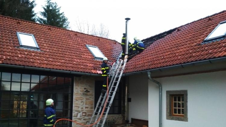 Tři jednotky hasičů likvidovaly požár rodinného domu na Příbramsku