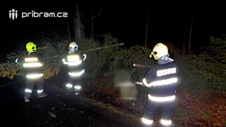 Pád stromu přes silnici si vyžádal noční výjezd hasičů