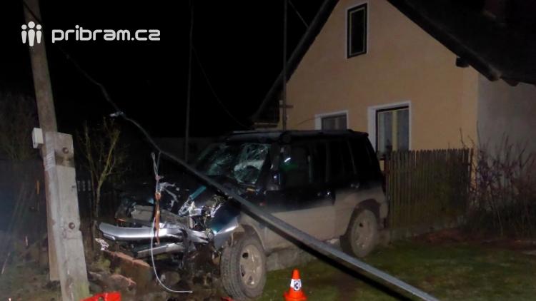 Namol opilý řidič zdemoloval svůj terénní vůz o sloup