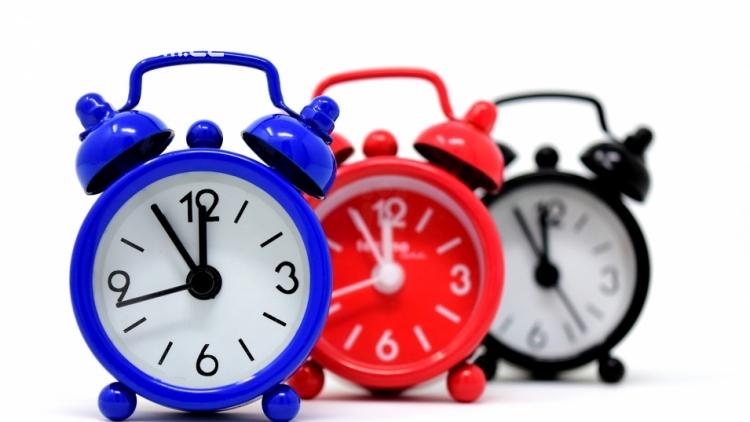 Nezapomeňte si přeřídit hodiny. V neděli začíná platit letní čas.