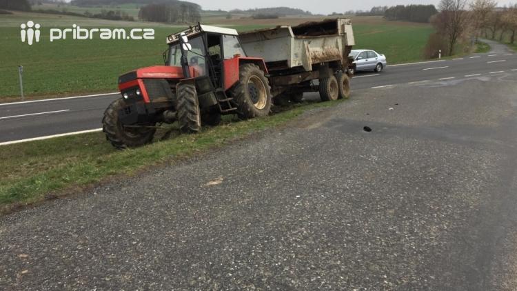 Aktuálně: U Dublovic došlo ke střetu auta s traktorem