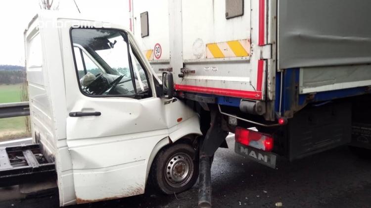 Aktuálně: Nehoda dodávky s nákladním vozem omezuje dopravu