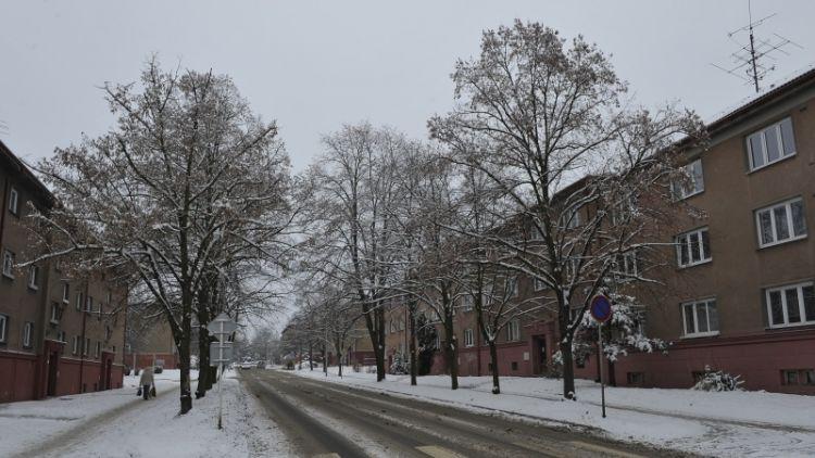 Silnice pokrývá rozbředlý nebo ujetý sníh