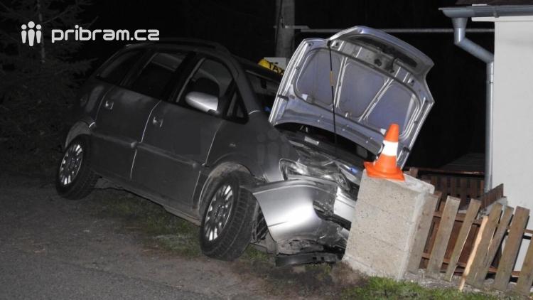 Aktuálně: Řidič taxíku vyjel mimo silnici a havaroval do plotu