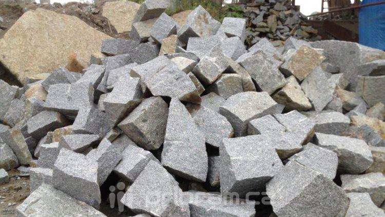 U Kozárovic je významné těžební místo pro kamenickou výrobu
