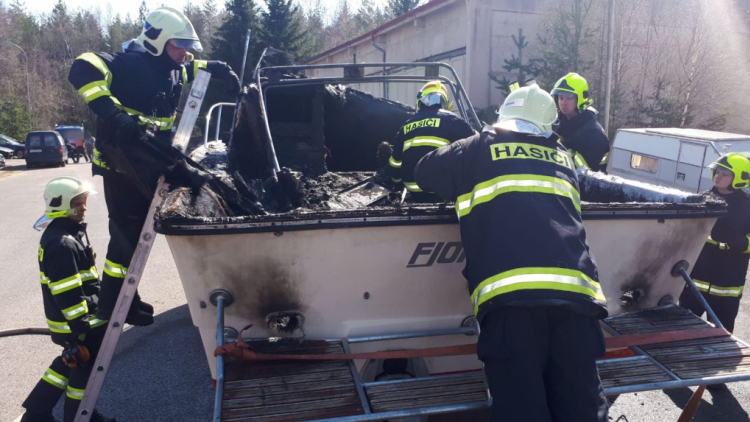 Hasiči dnes zasahovali u požáru lodi, dvě osoby skončily na popáleninovém centru