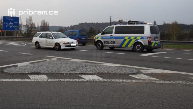 Havarovaný vůz blokuje jízdní pruh na Skalce