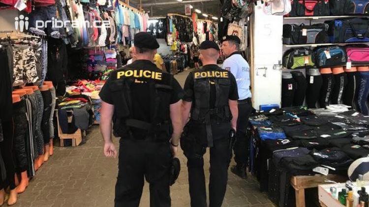 Kradená trika oblékl v obchodě na sebe, daleko nedošel