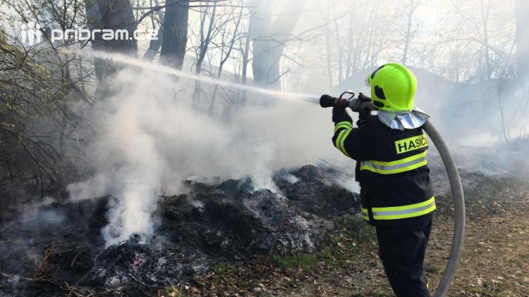 Hasiči likvidují požár skládky větví, došlo k rozšíření ohně i na stromy