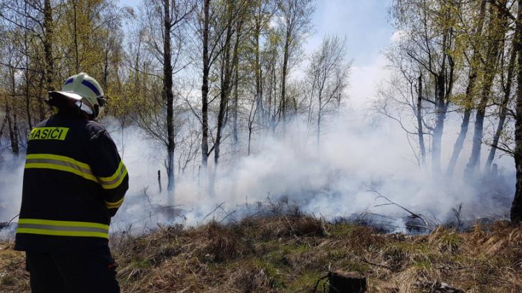 Příčina včerejšího požáru v CHKO: Odlétnutí segmentů po řízeném výbuchu