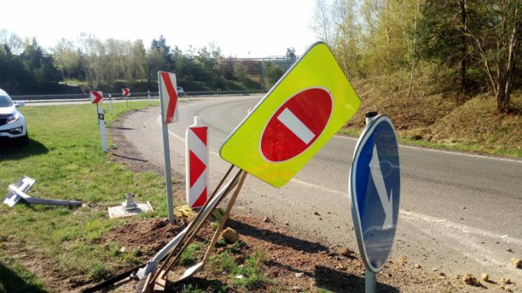 Zdemoloval dopravní značení a omezil provoz na sjezdu z dálnice