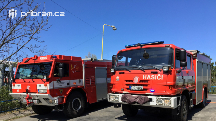Požár travního porostu likvidují hasiči v Husově ulici