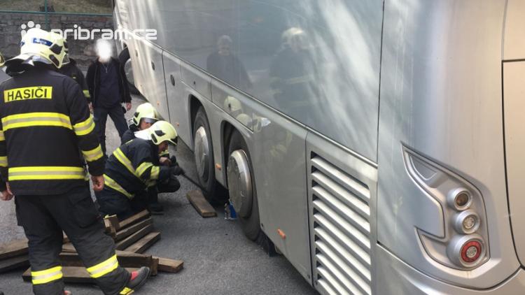 V Husově ulici se zasekl autobus. Silnice je neprůjezdná!