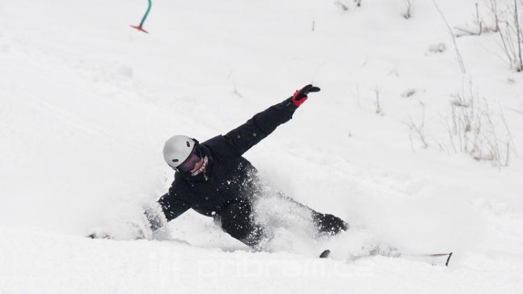Do středočeských lyžařských areálů míří denně stovky lidí