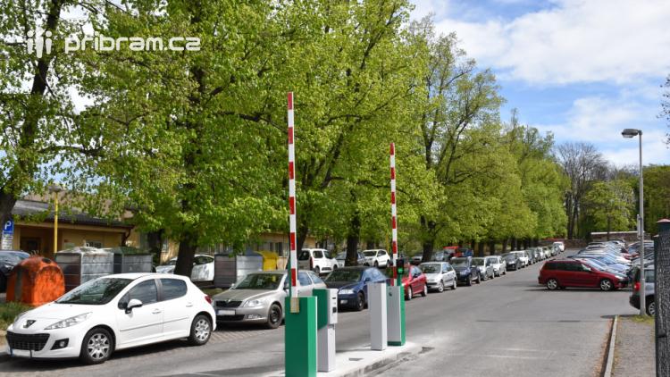 Parkoviště pod hřbitovem se v řádu dní stane placeným