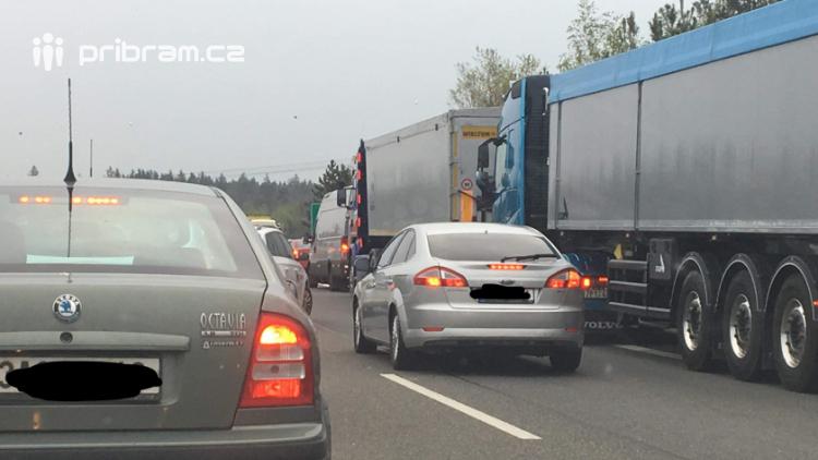 Provoz na dálnici D4 ochromila nehoda