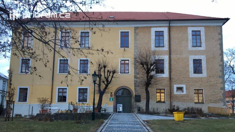 Příbram plánuje odvlhčení obvodových zdí v Zámečku Ernestinum