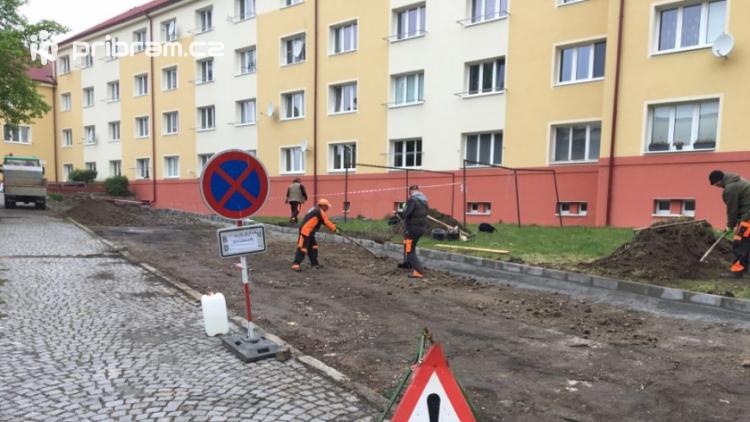 Četa technických služeb buduje další parkovací místa