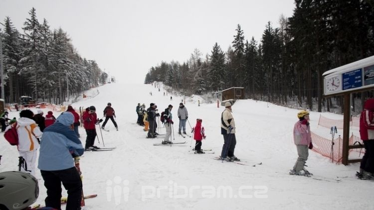 Déšť a vítr zkomplikovaly lyžování ve středočeských areálech