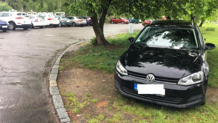 Foto dne: Málo parkovacích míst trápí nejednoho řidiče